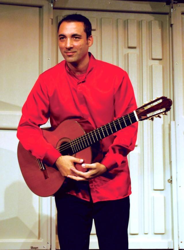 Guitarist romances crowd with tango and Spanish guitar