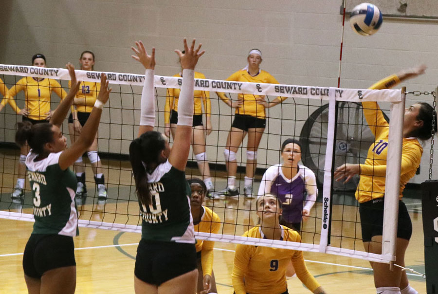 Mariana+Nascimento+and+Giovanna+Tapigliana+attempt+to+block+a+shot+from+a+Conq+outside+hitter.+