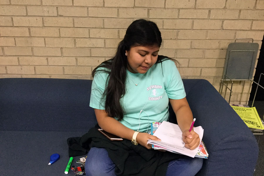 Sophomore Education major, Kemberly Zamora, prepares an outline for an analogy essay.
