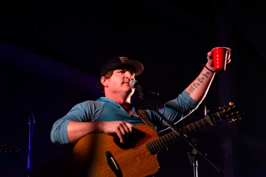 Jerrod+Niemann+makes+a+toast++to+all+the+women+in+attendance+before+singing+%E2%80%9CGod+Made+a+Woman.%E2%80%9D+Niemann%2C+a+Liberal+native%2C+helped+raise+money+for+Saints+Athletics+with+a+concert+on+April+5.%0A