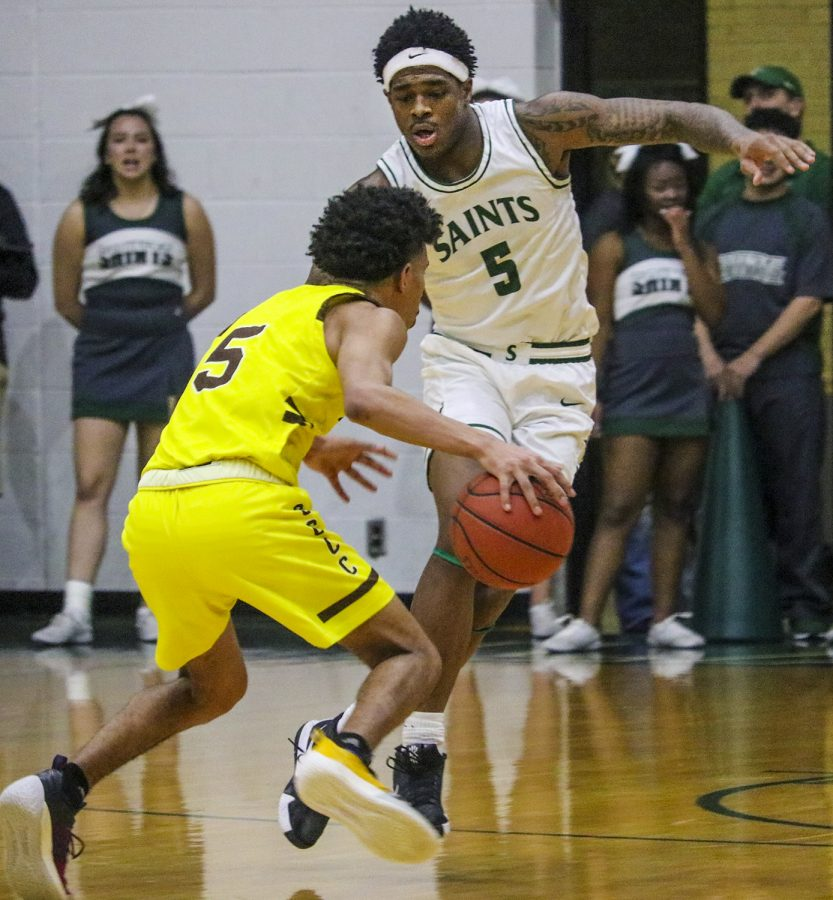Greg+Johnson+cross+steps+to+cut+off+the+fast+break+by+Garden+City+Community+College.+The+freshman+from+Little+Rock%2C+Arkansas+had+a+good+night+on+offense+with+14+points.